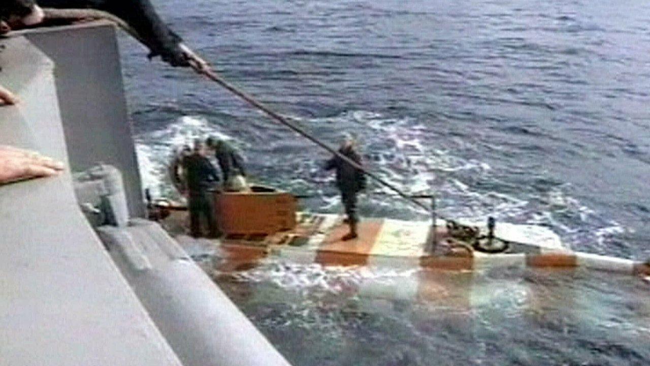 Rusové zachraňují posádku ponorky, na které vypukl požár. Ruský ministr obrany Sergej Šojgu poprvé oficiálně potvrdil, že v ní byl jaderný reaktor