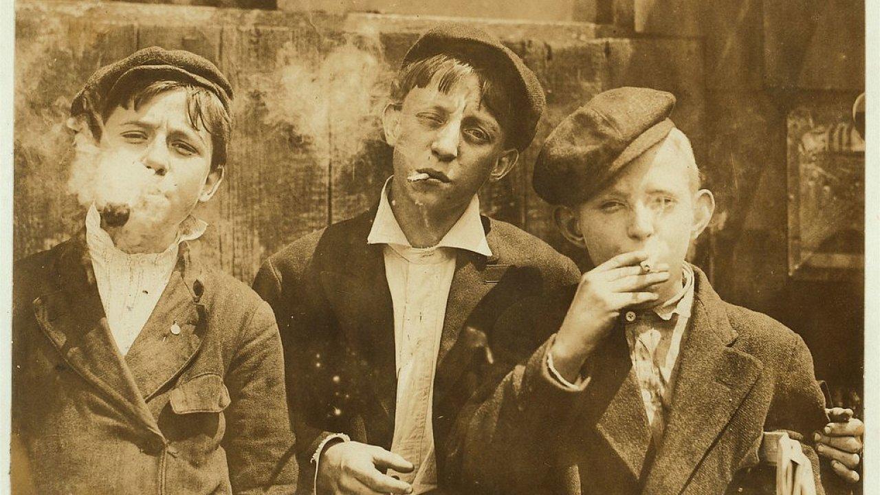 Malí prodavači novin, St. Louis, USA, kolem roku 1910. Snímek pořídil fotograf Lewis Hine, který se mimo jiné zaměřoval i na dětskou práci.