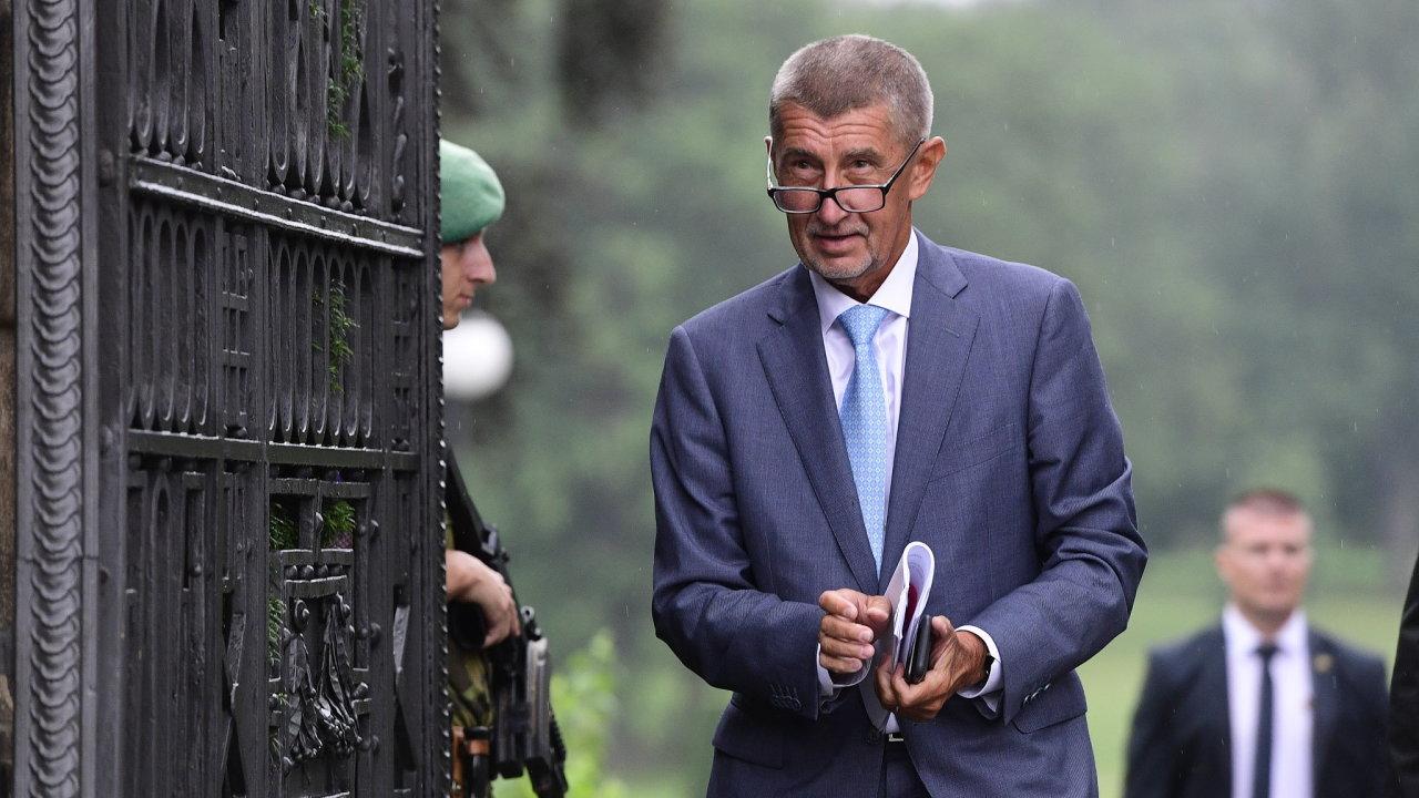 Premiér Andrej Babiš (ANO) přichází k novinářům po schůzce s prezidentem Milošem Zemanem 20. srpna 2019 na zámku v Lánech. Jednali spolu mimo jiné o situaci v čele ministerstva kultury.