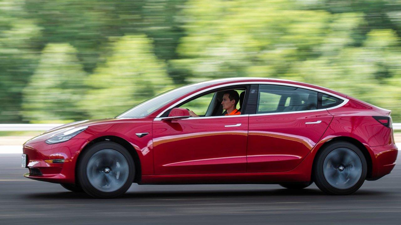 Senátoři minulý týden podpořili návrh zákona, díky němuž si už majitelé elektromobilů nebudou muset odpříštího roku kupovat dálniční známky abudou moci podálnicích jezdit zadarmo.
