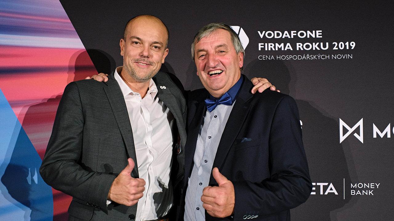 Nejlepší živnostník Zlínského kraje Augustin Krystyník (vpravo) spolu s Alešem Bakošem, šéfem představenstva vítězné firmy regionu, společnosti mmcité 1.