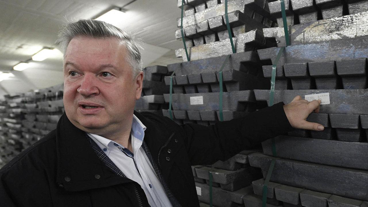 Kov naprodej. Pavel Švagr, předseda Správy státních hmotných rezerv, předvádí zásoby kovů, které chce stát odprodat.