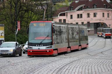 Příčinou problémů s tramvajemi 15T jsou podle mluvčího dopravního podniku pryžové segmenty v kolech tramvají, které rychleji degradují.
