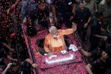 Indie různých tváří. Typická situace pro život Naréndry Módího. Indický premiér miluje být uznáván, uctíván, až zbožňován veřejností arád iochotně se lidem ukazuje.