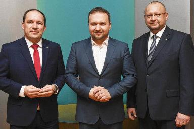 Po necelém roce, kdy stranu vedl Marek Výborný (vlevo), volí lidovci předsedu. Výborný odchází poté, co zemřela jeho manželka. Nahradit ho může Marian Jurečka (uprostřed) nebo Jan Bartošek (vpravo).