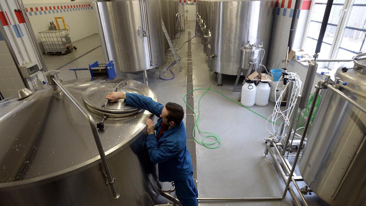 Škody bude mít třeba i pivovar Jarošov, už nyní musí vylévat pivo, které se nemohlo prodávat. Zda dostane od státu kompenzaci, není jasné.