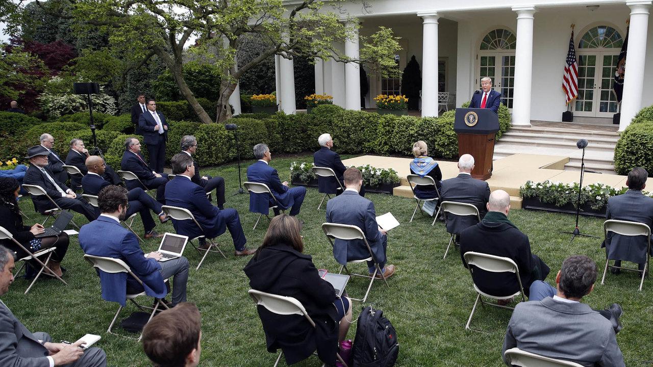 Nabrífinku prezidenta Trumpa byli novináři kvůli koronaviru rozesazeni porůžové zahradě uBílého domu.