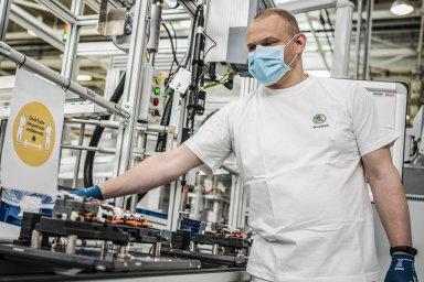 Zaměstnanci automobilky Škoda Auto zahájili 20. dubna na lince na výrobu baterií v Mladé Boleslavi výrobu za přísných opatření proti šíření nákazy covid-19.