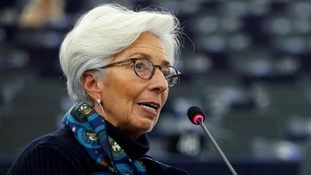 Ekonomika eurozóny prochází bezprecedentním propadem, říká prezidentka ECB Christine Lagardeová. Se svými frankfurtskými kolegy se naněj snaží najít lék.