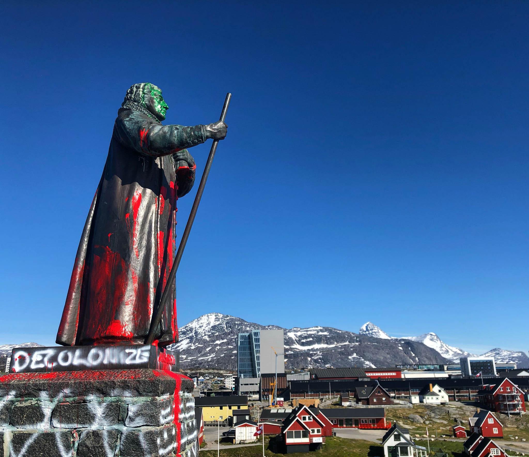 """Sochu dánsko-norského misionáře akolonizátora Hanse Egedeho vgrónském hlavním městě Nuuk někdo pomaloval rudou barvou apřidal nápis """"Konec koloniální nadvládě""""."""