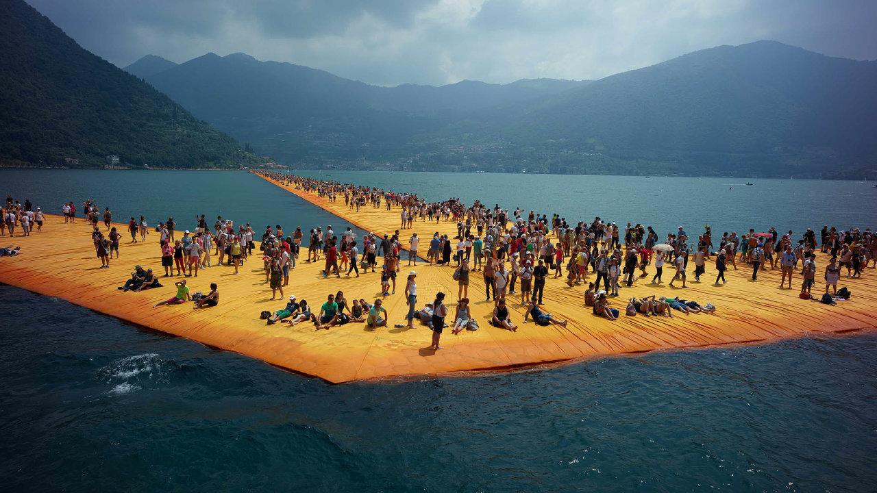 PoChristových plovoucích molech naIsejském jezeře se za16 dnů prošlo 1,3 milionu lidí.