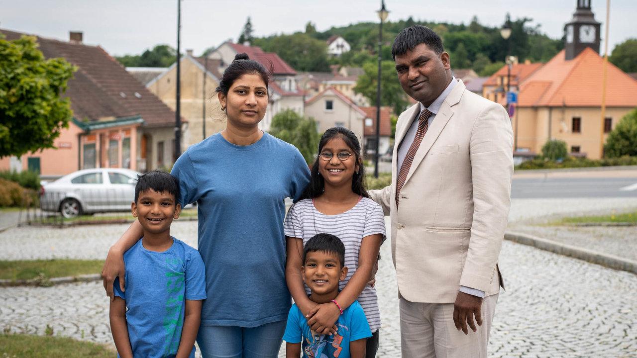 Už skoro tři roky žije Pákistánec Asim Javed se svou manželkou atřemi dětmi vnejistotě aprovizoriu. Prozatím marně bojují o azyl v České republice.