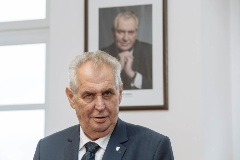 Miloš Zeman se omluvil jen zato, že se článek Hitler je gentleman zatím nenašel.