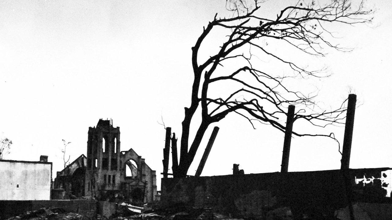 Vynález zkázy. VHirošimě zahynulo bezprostředně po výbuchu zhruba 70 tisíc lidí. Dalších 70 tisíc podlehlo do konce roku zraněním nebo nemocem zozáření.