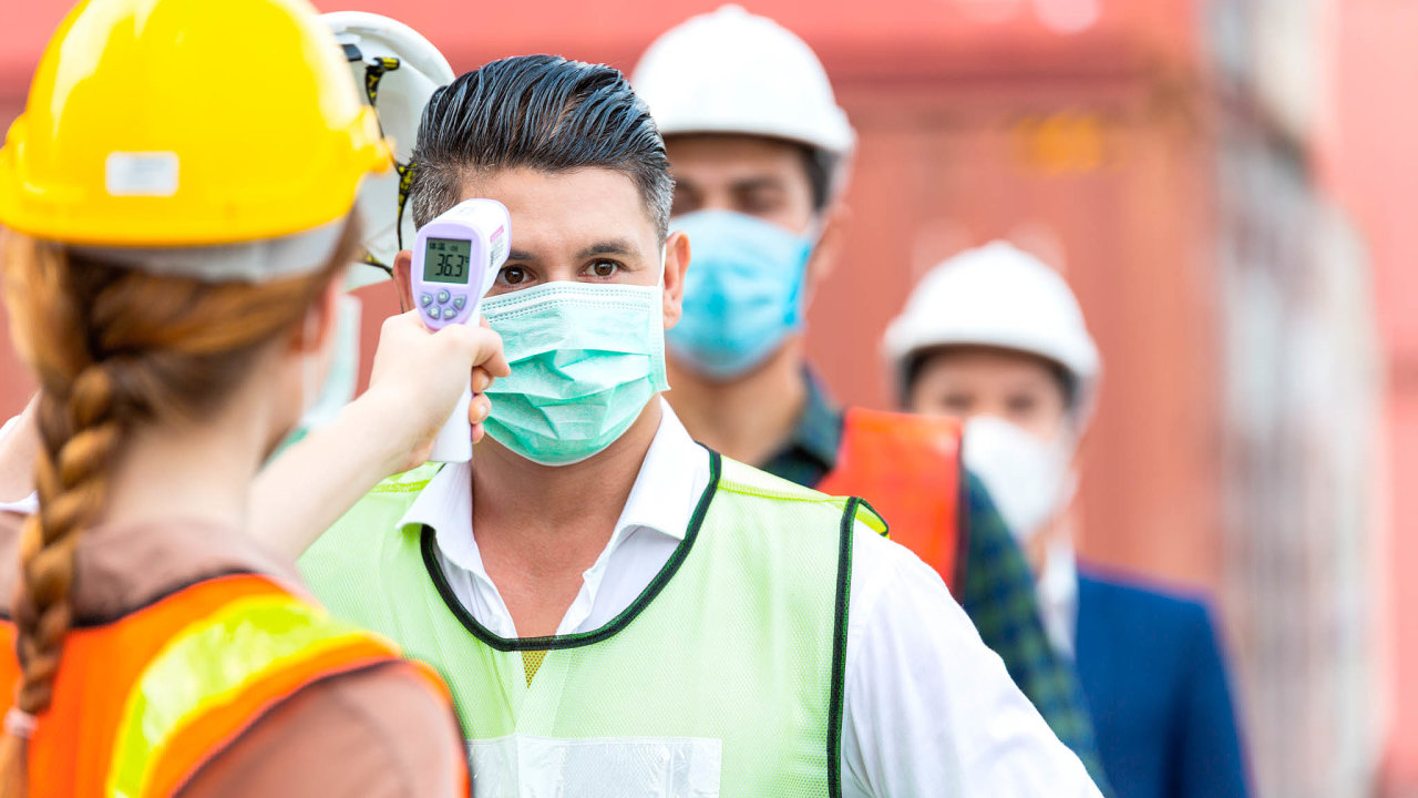 Nepříjemná praxe. Přísné kontroly zahraničních pracovníků nařízené hygieniky Moravskoslezského kraje vypadají podle právního výkladu jako sporné, možná protizákonné.