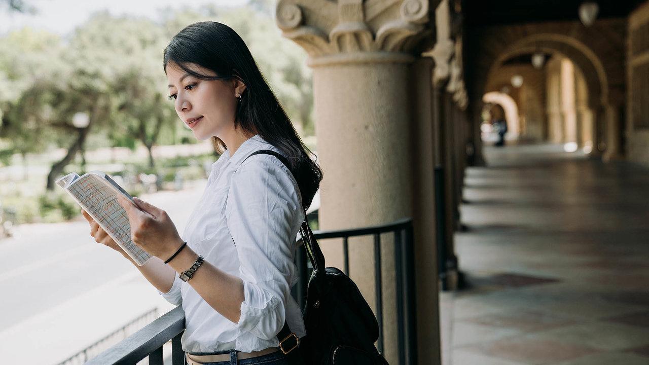 USA v září odmítly poskytnout víza více než tisícovce čínských studentů avědců. Chceme jim zabránit vkrádežích apřístupu kcitlivým výzkumům, komentoval to ministr pro vnitřní bezpečnost Chad Wolf.