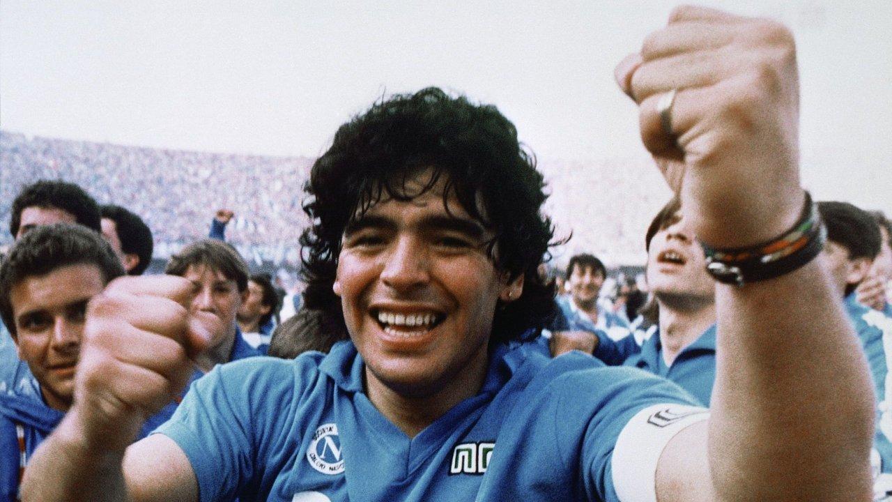 Argentinská fotbalová superstar Diego Maradona vyhrála s Neapolí dva italské tituly a Pohár UEFA, předchůdce dnešní Evropské ligy.