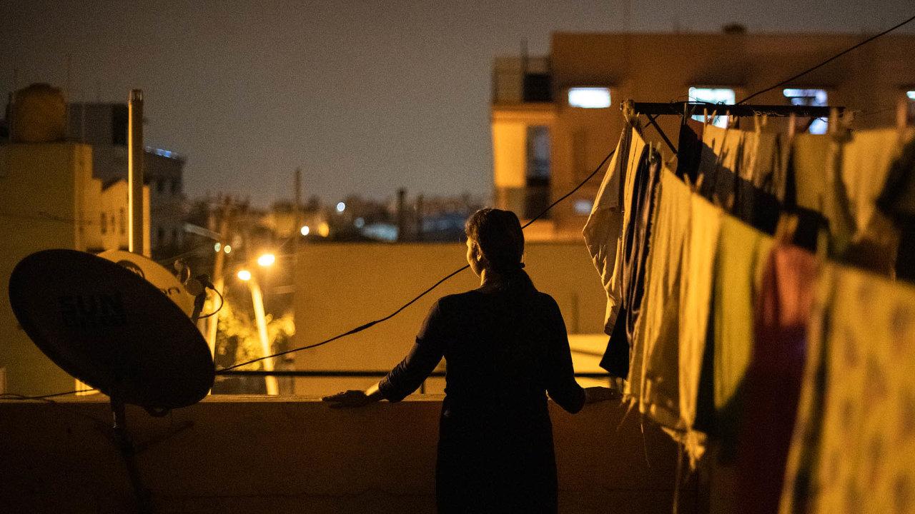 Obvyklé role žen - pracovní a pečovatelská - se během pandemie hodinu co hodinu dostávají do přímého konfliktu.