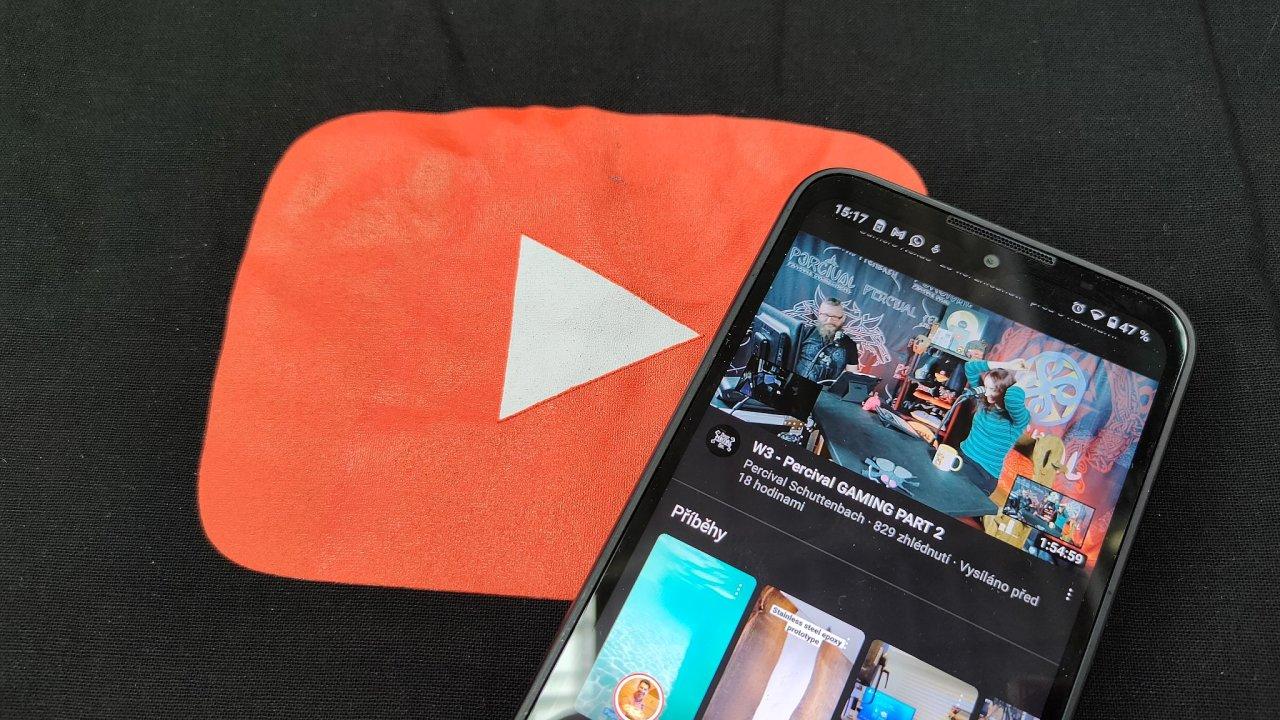YouTube Premium zbavuje videa reklam, která do nich vkládá Google, umožňuje ale také stahovat videa pro sledování bez internetového připojení.