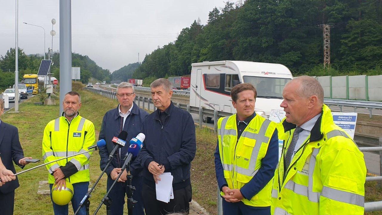 Kontrolní den na dálnici D1. Na snímku ministr dopravy Karel Havlíček (za ANO) či premiér Andrej Babiš (ANO).