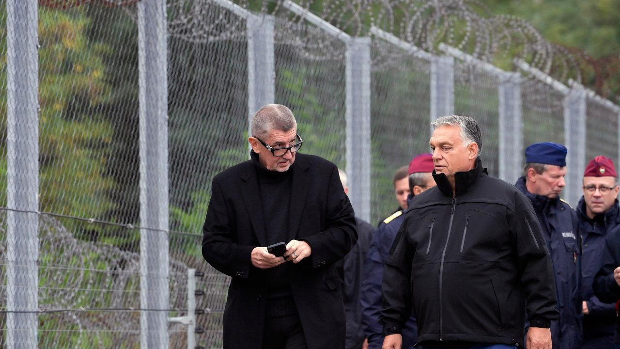 Maďarský premiér Viktor Orbán a český premiér Andrej Babiš během návštěvy u bezpečnostního hraničního plotu v Roszke na maďarsko-srbských hranicích