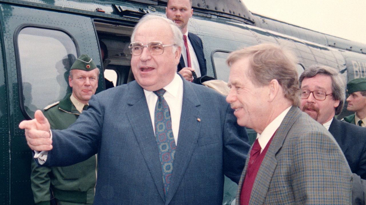 Nasnímku zroku 1993 je Václav Havel sněmeckým kancléřem Helmutem Kohlem.
