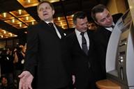 Premiér Robert Fico si vyzkoušel po půlnoci první výběr eur z bankomatu v budově slovenského parlamentu