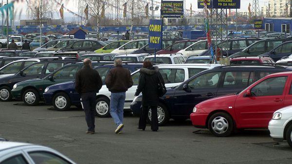 Ilustra�n� foto - autobazar, lid� si vyb�raj� mezi ojet�mi auty.