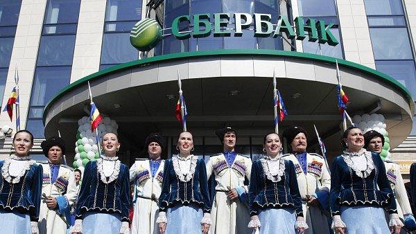Ceremoni�l p�ed budovou rusk� Sberbank ve m�st� Stavropol