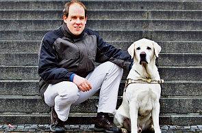 Nevidomý člověk s vodícím psem (ilustrační snímek)