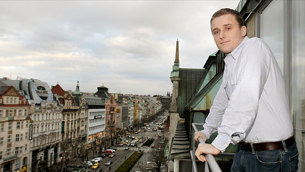 Čtyřiadvacetiletý Thomas Archer Baťa stojí v čele obchodního domu na pražském Václavském náměstí.
