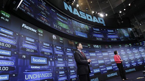Americký technologický index Nasdaq poprvé stoupl nad 8000 bodů.