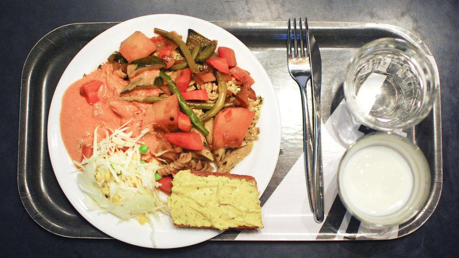 Středa: těstoviny s pestem, tofu, pečenou zeleninou a plísňovým sýrem