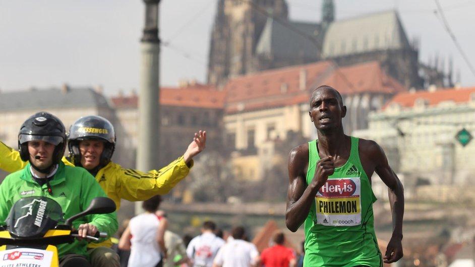 Běžci v ulicích Prahy
