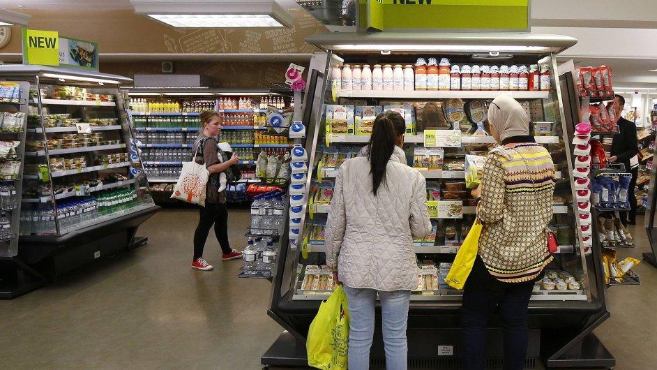 Zákazníci u regálů v londýnské prodejně M&S, ilustrační foto