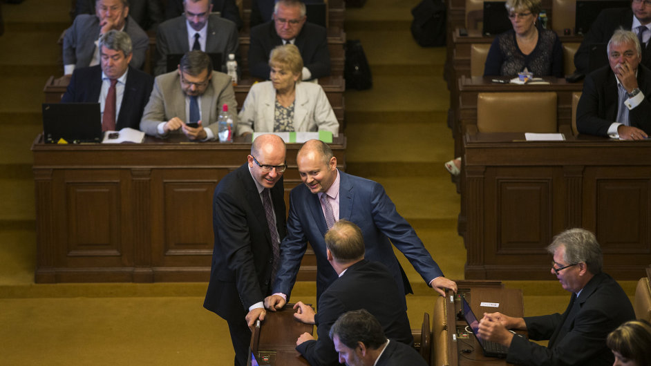 Bohuslav Sobotka a Michal Hašek z ČSSD se baví na mimořádné schůzi o rozpuštění sněmovny.