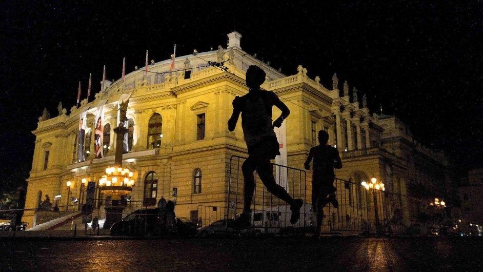 Běžci v noční Praze