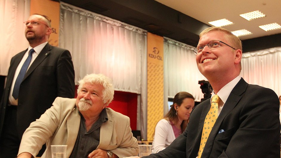 Petr Pithart a Pavel Bělobrádek, předseda KDU-ČSL, sledují výsledky voleb: Je tam vláda?