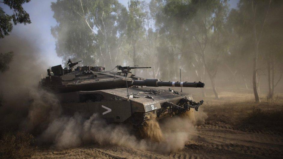 Izraelský tank přejíždí ve čtvrtek hranice směrem do Gazy.