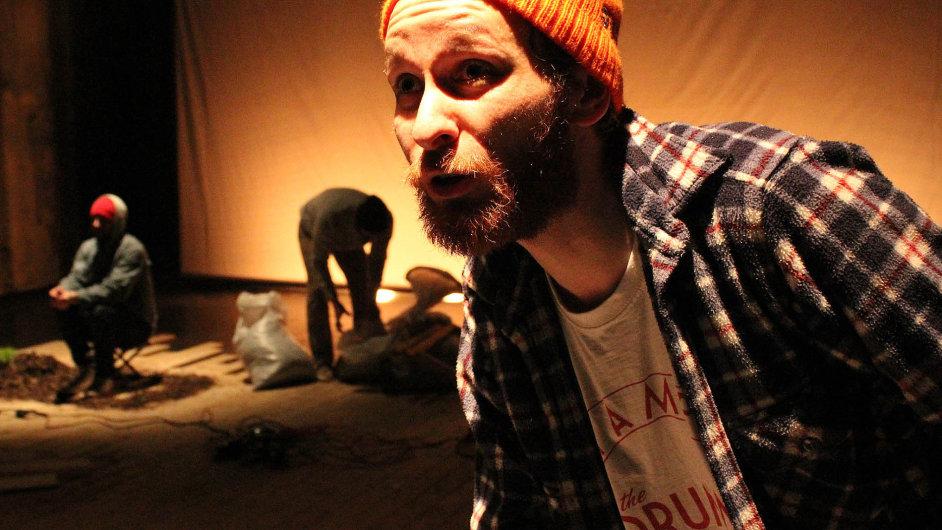 Inscenace Bouře překračuje žánry, což je typické pro všechny režisérské práce dvojice SKUTR.