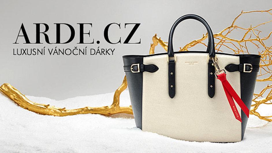 Nejžádanější luxusní dárky letošních Vánoc. Luxusní dámská kabelka ... 7c673543d97