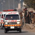 Sanitky odv�ej� zran�n� od �koly v p�kist�nsk�m m�st� P��var, kde za�to�ilo hnut� Taliban.