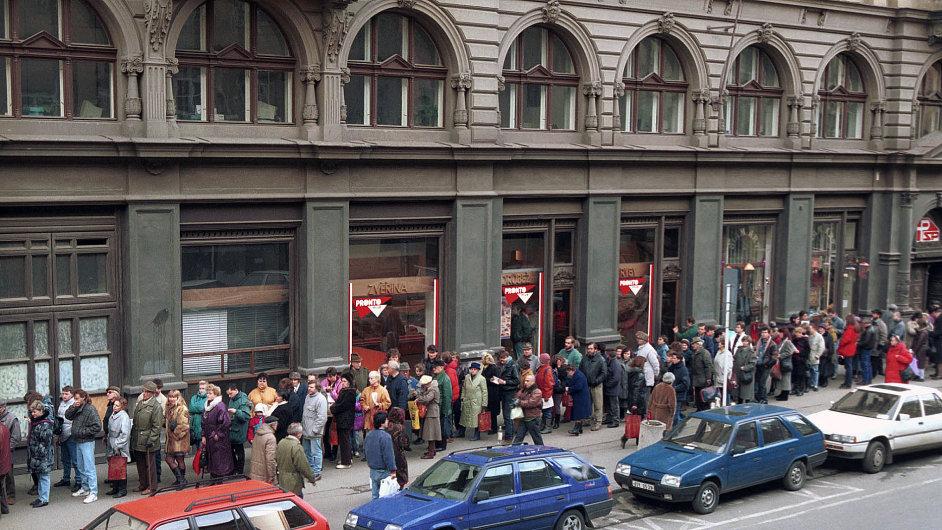 Takto lidé v lednu 1993 stáli v Praze před kanceláří investičního fondu Czech Coupon Invest, který za investované body z kuponové knížky vyplácel sedm tisíc korun na ruku.