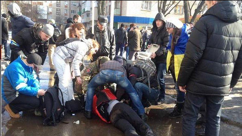 Bombový útok na průvod v Charkově.