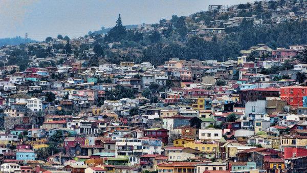Chilsk� m�sto Valpara�so je p��stavem ��astn�ch um�lc�, graffiti a v�na
