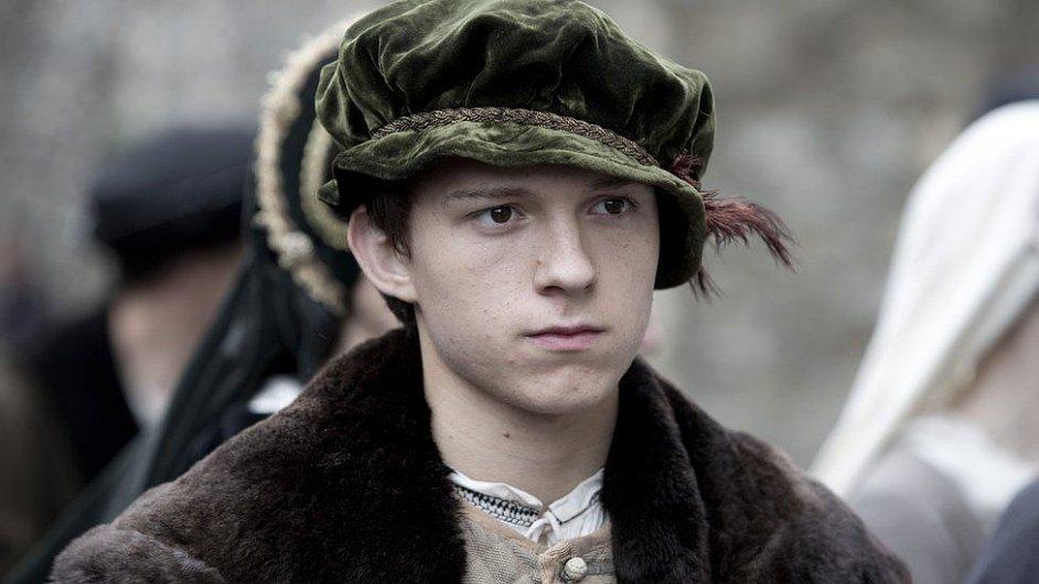 Tom Holland na snímku ze seriálu Wolf Hall