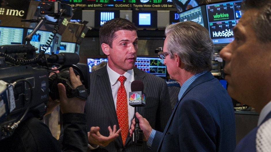 Prezident NYSE Group Tom Farley odpovídá novinářům na dotazy po zastavení newyorské burzy.