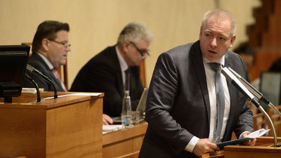 Milan Chovanec při projevu o bezpečnostních rizikách pro Českou republiku po teroristickém útoku v Paříži na schůzi Senátu 2. prosince v Praze.