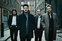 Mumford & Sons od posledního koncertu vyměnili bendža za elektronickou hudbu.
