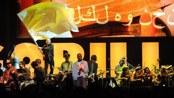 Damon Albarn při vystoupení se Syrským národním orchestrem pro arabskou hudbu.
